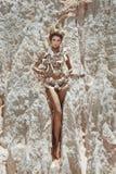 Kvinna i skal Royaltyfria Bilder