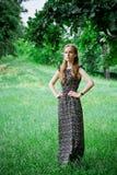 Kvinna i skog royaltyfri bild