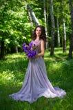 Kvinna i skog på dagen utan solstråleversion Royaltyfria Bilder