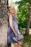 Kvinna i skogen Arkivfoto
