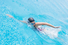 Kvinna i skyddsglasögon som simmar stil för främre krypande Royaltyfria Foton