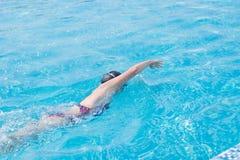 Kvinna i skyddsglasögon som simmar stil för främre krypande Royaltyfri Fotografi