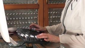 Kvinna i smart arbete stock video