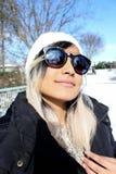 Kvinna i snön, med vinterkläder arkivfoton