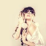 Kvinna i solglasögon. Arkivfoto