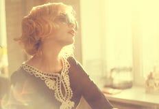 Kvinna i solglasögon fotografering för bildbyråer