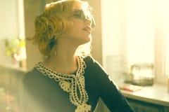 Kvinna i solglasögon Arkivbild