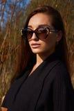 Kvinna i solglasögon Hösten går arkivbild