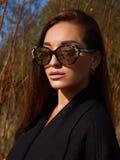Kvinna i solglasögon Hösten går arkivfoton