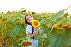 Kvinna i solrosfält Royaltyfria Bilder