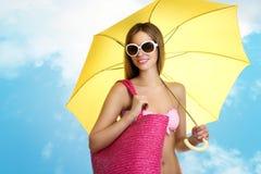 Kvinna i sommarferier arkivbild