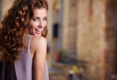 Kvinna i sommarklänning som går och kör som är glad, och c Arkivbilder
