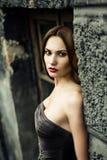Kvinna i sommarklänning mot den gamla stenväggen, Royaltyfria Bilder