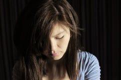 Kvinna i sorgsenhet som ner loooking Royaltyfria Bilder