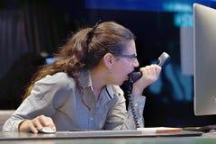 Kvinna i spänning framme av datoren royaltyfri bild