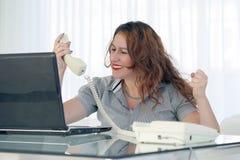 Kvinna i sp?nning framme av datoren royaltyfri fotografi