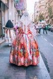 Kvinna i spansk traditionell Catalan klänning bakifrån arkivfoton
