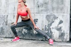 Kvinna i sportatt bekläda och skor Arkivbild