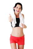 Kvinna i sportkläder som gör en gest upp tummar Fotografering för Bildbyråer