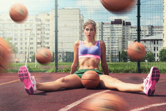 Kvinna i sportswear med basketbollen Arkivfoto