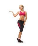 Kvinna i sportswear med den tomma handen arkivbild