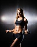 Kvinna i sportswearen som gör övning för överhopprep Royaltyfria Foton