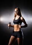 Kvinna i sportswearen som gör övning för överhopprep Arkivbild