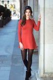 Kvinna i stads- bakgrund som bär tillfällig kläder Royaltyfri Fotografi