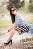 Kvinna i stads- bakgrund som bär tillfällig kläder Royaltyfri Foto
