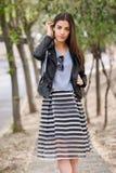 Kvinna i stads- bakgrund som bär tillfällig kläder Arkivbilder