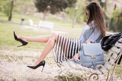 Kvinna i stads- bakgrund som bär tillfällig kläder Arkivbild
