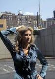 Kvinna i stads- inställning Fotografering för Bildbyråer