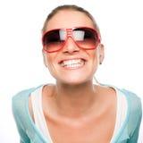 Enfaldig grina kvinna i solglasögon Fotografering för Bildbyråer