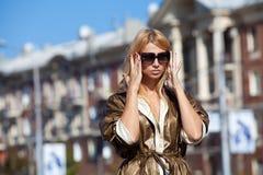 Kvinna i strålar av höstsunen Arkivbild