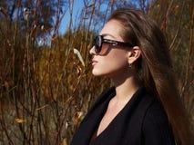 Kvinna i sunnglasses Skönhethöstskog arkivbild