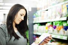Kvinna i supermarket royaltyfri bild