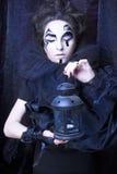Kvinna i svart Arkivbild