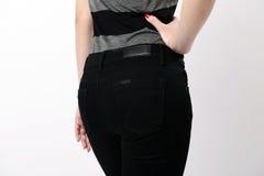 Kvinna i svart jeans Arkivbild