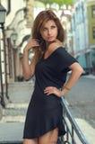 Kvinna i svart klänning Arkivbilder