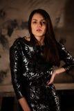 Kvinna i svart klänning Arkivfoton