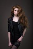 Kvinna i svart klänning, läderomslag och strumpor Royaltyfri Foto