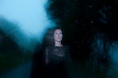 Kvinna i svart som döljas i mörker och gåta Royaltyfri Foto