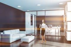 Kvinna i svart vdkontor med vardagsrummet arkivbild