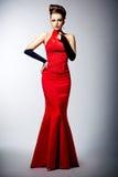 Kvinna i svarta handskar och posera för klänning för bröllop rött Royaltyfri Bild