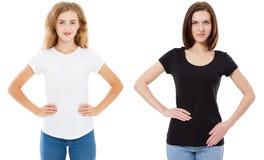 Kvinna i svartvit t-skjorta åtlöje upp, flicka i tshirten som isoleras på vit bakgrund, stilfull tshirt - T-tröjadesign och folk arkivbild