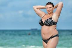 Kvinna i swimwear på havet Arkivbild