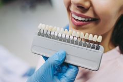 Kvinna i tandläkarestol som väljer tandimplantat royaltyfri fotografi