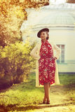 Kvinna i tappningkläder Royaltyfri Bild