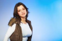 Kvinna i tillfällig waistcoat vinter för mode för bakgrund härlig isolerad vit flicka royaltyfri bild