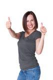 Kvinna i tillfällig wear som visar upp tum Royaltyfri Foto
